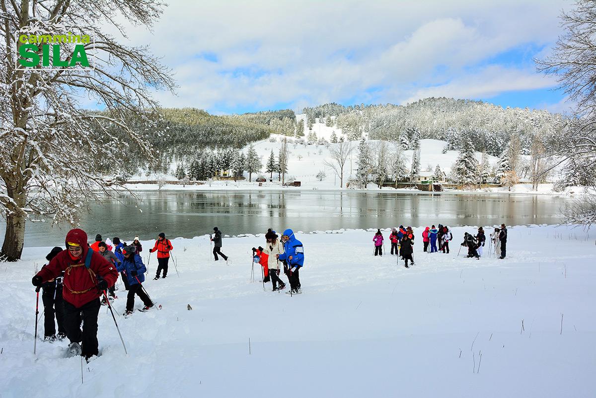 Camminare sulla neve con le ciaspole, una magia che libera la mente
